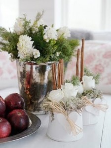 38-Aromatic-Cinnamon-Décor-Ideas-For-Christmas-With-white-flowers-and-apples-and-Cinnamon-sticks-for-Christmas-table-decoration